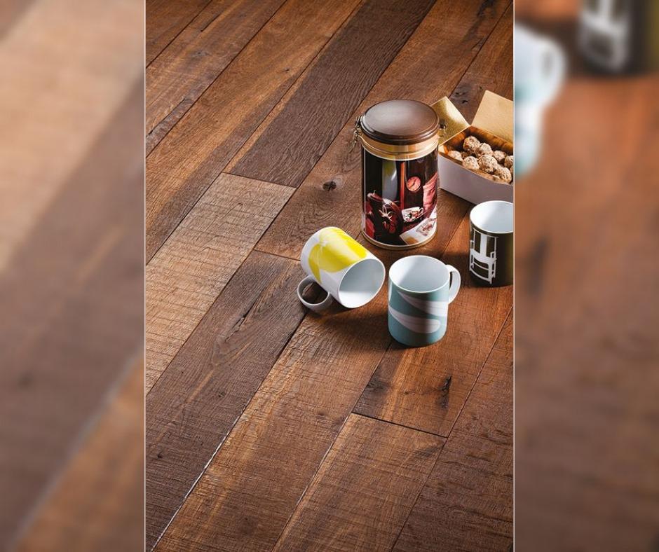 Επιλέγουμε ξύλινο πάτωμα μοναδικής αισθητικής και φυσικής ομορφιάς σε απόχρωση CA 402 - Mokaccino, που μόνο ένα ξύλινο δάπεδο Chêne de l'est μπορεί να προσφέρει.